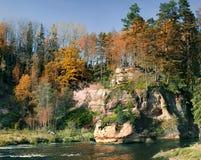Enarene las rocas en el río de Amata, región de Vidzeme, Letonia, Europa Fotos de archivo