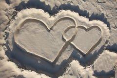 Enarene los corazones en la playa Imagen de archivo libre de regalías