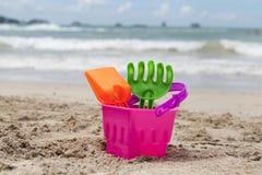 Enarene los juguetes que esperan a niños para jugar en la playa Tailand Krabi Foto de archivo libre de regalías