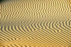 Enarene los modelos en el postre - dunas de arena imagenes de archivo