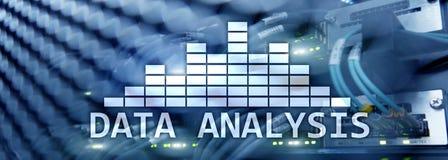 Encabeçamento da site Texto grande da análise de dados no fundo da sala do servidor Internet e conceito moderno da tecnologia fotografia de stock royalty free