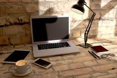 Encabeçamento do herói da mesa de escritório da vista superior para o webdesign responsivo Lette Fotografia de Stock