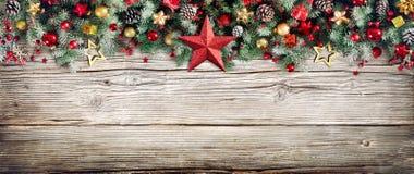 Encabeçamento do Natal - beira de ramos e de quinquilharias do abeto fotografia de stock
