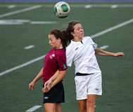 Encabeçamento da bola das mulheres do futebol dos jogos de Canadá Fotos de Stock