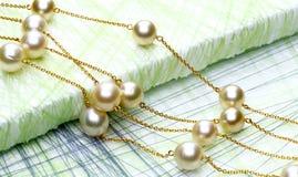 encadenamiento con las perlas imagen de archivo libre de regalías