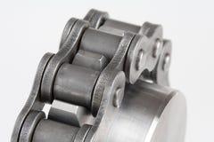 Encadenamiento de conexión del metal y rueda dentada Foto de archivo libre de regalías
