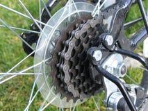 Encadenamiento de la bici de montaña Fotografía de archivo libre de regalías