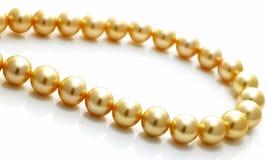 Encadenamiento de la perla del oro Foto de archivo libre de regalías