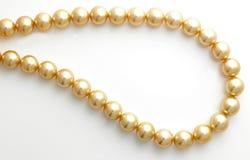 Encadenamiento de la perla del oro imágenes de archivo libres de regalías