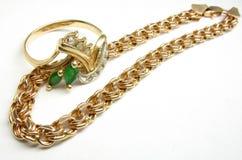 Encadenamiento de oro y anillo Fotografía de archivo