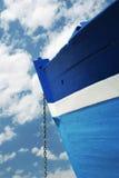 Encadenamiento de un barco de madera blanco y azul Foto de archivo