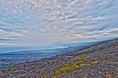 Encadenamiento del camino de los cráteres en la isla grande Hawaii Imagen de archivo