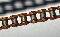 Encadenamiento oxidado y su sombra Fotografía de archivo libre de regalías