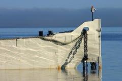 Encadenamientos de ancla del casco del barco Foto de archivo libre de regalías