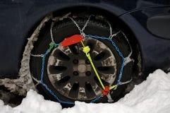 Encadenamientos de neumático de coche Imagenes de archivo