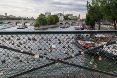 Encadenamientos del amor en Pont de Arts París foto de archivo libre de regalías