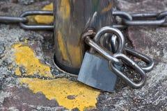 Encadenamientos del bloqueo y del hierro fotografía de archivo