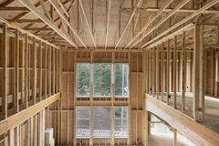 Encadrement en bois à haut plafond de goujon de maison de nouvelle construction Image libre de droits