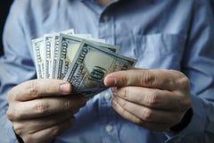 Encaissez dedans les mains Bénéfices, l'épargne Pile de dollars photo stock