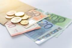 encaissez l'euro corde de note d'argent de l'orientation cent des euro cinq Billets de banque et pièces de monnaie Photographie stock