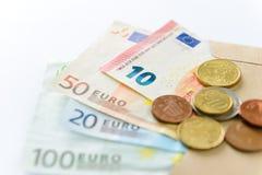 encaissez l'euro corde de note d'argent de l'orientation cent des euro cinq Billets de banque et pièces de monnaie Photographie stock libre de droits