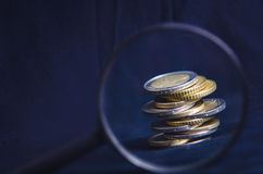 encaissez l'euro corde de note d'argent de l'orientation cent des euro cinq Des pièces de monnaie sont isolées sur un fond foncé  Photographie stock