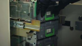 Encaissez le travailleur complétant le niveau des caisses d'atmosphère avec l'euro devise, accès autorisé banque de vidéos