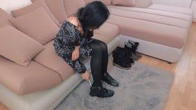Encaixe da mulher em botas video estoque