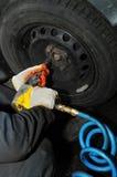 Encaixe do pneumático com a chave comprimida do ar Foto de Stock