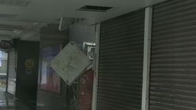 Encaixe leve caído para fora no vento do tufão vídeos de arquivo