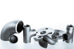 Encaixes e conectores da soldadura de aço Cotovelo, flanges e T imagens de stock