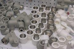 Encaixes plásticos a usar-se em linhas de abastecimento da água quente e fria Foto de Stock Royalty Free