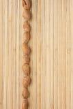 Encaixota uma faixa da amêndoa que encontra-se na esteira de bambu Foto de Stock