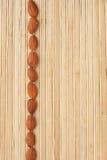 Encaixota uma faixa da amêndoa que encontra-se na esteira de bambu Fotos de Stock Royalty Free