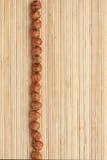 Encaixota uma faixa da avelã   encontro na esteira de bambu Fotografia de Stock