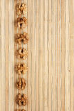 Encaixota uma faixa da noz   encontro na esteira de bambu Imagens de Stock