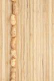 Encaixota uma faixa do amendoim que encontra-se na esteira de bambu Fotografia de Stock Royalty Free
