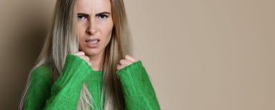 Encaixotamento agressivo da mulher Emoção da expressão e conceito dos sentimentos imagem de stock royalty free