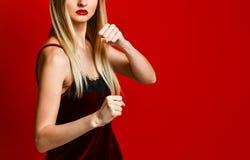 Encaixotamento agressivo da mulher Emoção da expressão e conceito dos sentimentos Tiro do estúdio imagens de stock