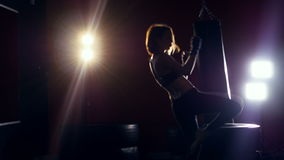 Encaixotamento da mulher de Toung na obscuridade Silhueta fêmea que faz shadowboxing Luz forte atrás dela filme