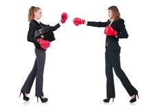 Encaixotamento de duas senhoras do negócio isolado no branco Fotografia de Stock Royalty Free