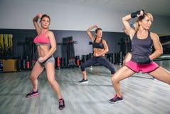 Encaixotamento de formação dos povos em um fitness center Imagem de Stock