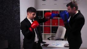 Encaixotamento do chefe e do empregado na sala do escritório video estoque