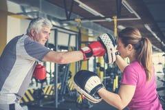 Encaixotamento do homem mais idoso no gym imagens de stock