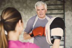 Encaixotamento do homem mais idoso no gym imagem de stock royalty free
