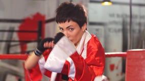 Encaixotamento fêmea novo da aptidão do treinamento do pugilista no gym, aptidão do exercício para o corpo saudável e magro vídeos de arquivo