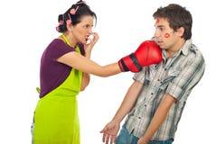 Encaixotamento irritado da dona de casa seu homem unfaithful bêbedo Imagem de Stock