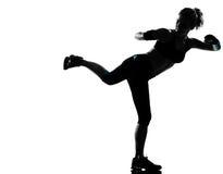 Encaixotamento kickboxing do pugilista da postura da mulher imagem de stock