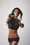 Encaixotamento praticando do pugilista fêmea do Oriente Médio Fotografia de Stock