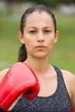 Encaixotamento seguro desportivo novo da mulher exterior imagem de stock royalty free
